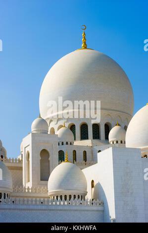 ABU DHABI, VEREINIGTE ARABISCHE EMIRATE - Dec 28, 2017: Teil des Dachs von der Sheikh Zayed Moschee in Abu Dhabi. - Stockfoto