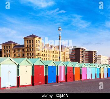 Bunten Badekabinen und Sammelsurium Architektur entlang der Strandpromenade zu Fuß von der Strandpromenade Hoves - Stockfoto