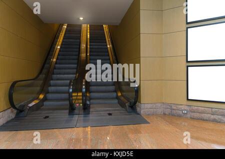 Leere Plakatwand oder Bilderrahmen in unterirdischen Halle oder der U-Bahn Werbung, mockup Konzept entfernt, Low - Stockfoto