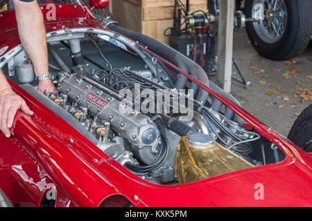 Ein Mechaniker Tuning eine 1954 Maserati 250F im Goodwood Revival 2016 - Stockfoto