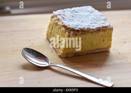 Sweet Cream Pie (Krempita) Schicht auf einer hölzernen Hintergrund - Stockfoto