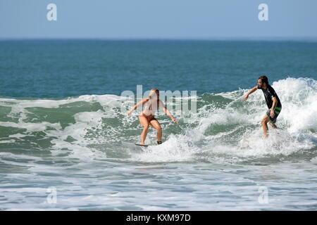 Surfen mit einem Freund (Sequenz 4) in Costa Rica - Neu engagiert Denise und Kris teilen eine Welle zusammen bei - Stockfoto