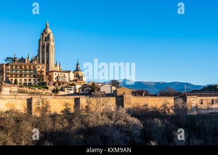 Der Turm der Kathedrale von Segovia Gebäude der Altstadt, die seine Mauern umgeben und im Hintergrund die Sierra - Stockfoto