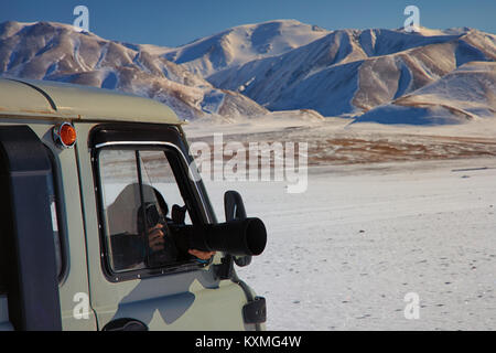 Mädchen Fotos russischen van UAZ 452 Camper dslr-zoom lengs Sigma 150-600 mm schnee winter Mongolei Snowy Mountains - Stockfoto