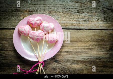 Süße Herzen auf Sticks am Valentinstag - Stockfoto