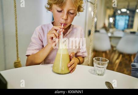 Junge Saft trinken durch Stroh - Stockfoto