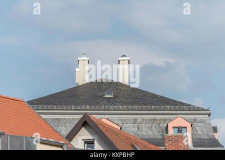 Moderne Schalbrett Haus Mit Kamin Und Blitzableiter Stockfoto Bild