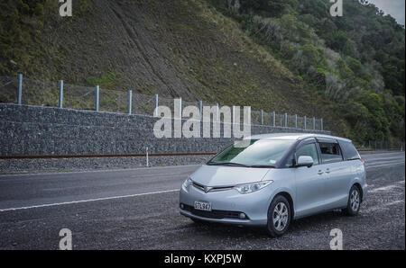 Canterbury, Neuseeland - Apr 28, 2015. Autos auf der Straße zum Mount Cook in Canterbury, Neuseeland. Neuseeland - Stockfoto