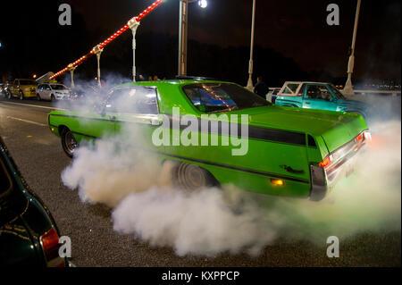 American Car ein Burn-out in eine Wolke von Rauch Reifen - Stockfoto