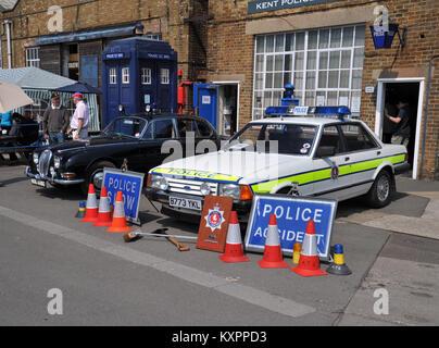 Klassische britische Polizei Autos, Kent Polizei 1984 Ford Granada und Mk2 Jaguar - Stockfoto