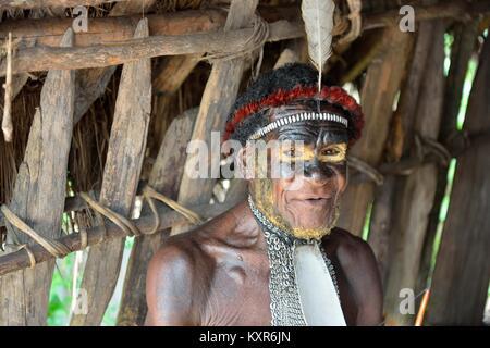 Close up Portrait von Yali Mabel, der Chef von Dani Stamm. Dugum Dani Krieger. 14. Mai 2016. Das Baliem Valley, - Stockfoto