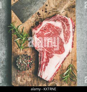 Rohes Rindfleisch Steak Prime Rib-eye und Schneidemesser, Flachbild-lay - Stockfoto