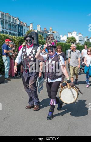 Broadstairs Folk Woche Festival. Der Mann und die Frau von den Toten Pferd und der Broomdashers Morris Seite. - Stockfoto