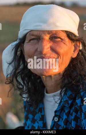 Portrait von albanischen Frau, im Grünen. - Stockfoto