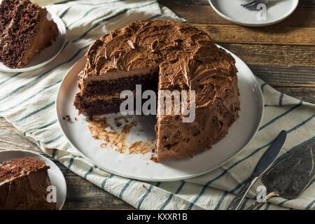 Süße Hausgemachte dunkle Schokolade Schicht Kuchen zum Nachtisch - Stockfoto