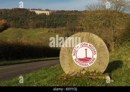 Grenzstein Markierung Eintritt in North York Moors National Park & Kilburn weißes Pferd am Hang darüber hinaus  - Stockfoto