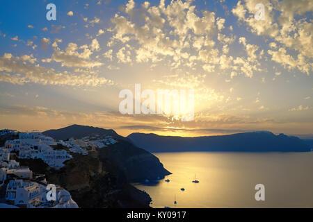 Das Dorf Oia, Sonnenaufgang über berühmte vulkanische Caldera. Die Insel Santorini, Griechenland. Getonten Bild, - Stockfoto