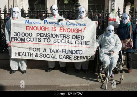 """Gruppe von Protestierenden Rentner als Leichen/Skelette mit Banner """"30 K Rentner aus Kürzungen starb zu socail' London gekleidet"""