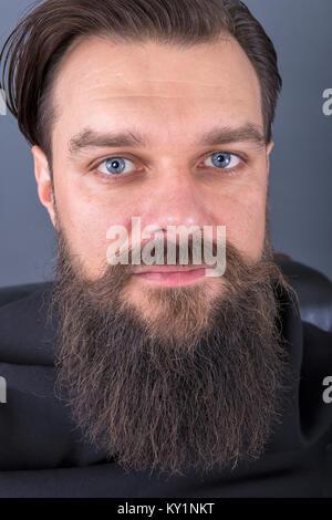 Porträt eines eleganten junge Mode Mann mit Bart und Schnurrbart posieren. Studio shot - Stockfoto