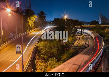 Nächtlicher Blick auf einen Zug Richtung Bahnhof Madgaon gehen unter dem NH-17 Autobahn, erstreckt sich von Panvel - Stockfoto
