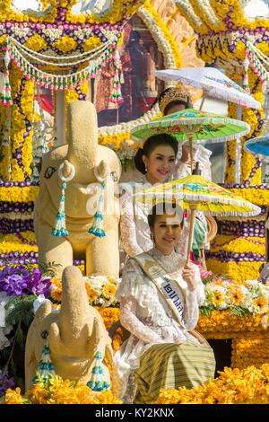 Chiang Mai, Thailand - Februar 4, 2017: Die Parade Autos sind mit vielen verschiedenen Arten von Blumen während - Stockfoto