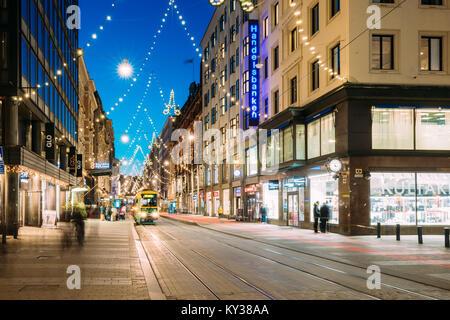Helsinki, Finnland - 6. Dezember 2016: Straßenbahn fährt von der Haltestelle Aleksanterinkatu Straße. Straße mit - Stockfoto