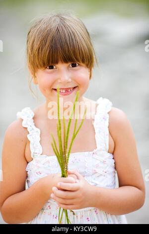 Porträt von sechs Jahre altes Mädchen ohne Schneidezahn - Stockfoto