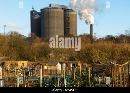 Rauch Gebrüll aus einem Schornstein bei British Zuckerfabrik mit Zuteilung im Vordergrund, Bury St. Edmunds, Suffolk, - Stockfoto
