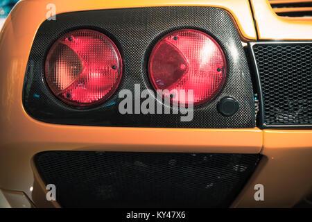 Rückleuchten auf einem luxuriösen Gelb italienische Sportwagen, schließen Foto - Stockfoto