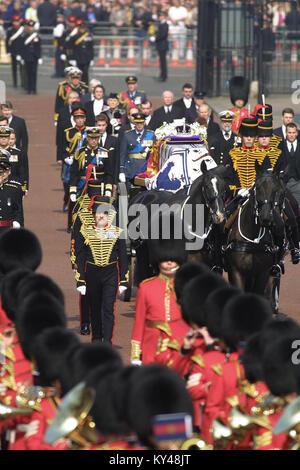 Der Sarg mit der Königin Mutter fährt von St. James Palace, die von Mitgliedern der Königlichen Familie folgte. - Stockfoto