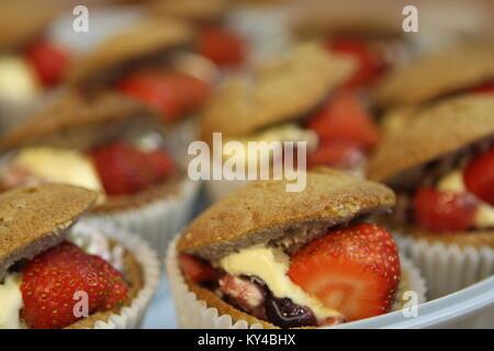 Hausgemachte Erdbeere und Sahne Cupcakes. - Stockfoto