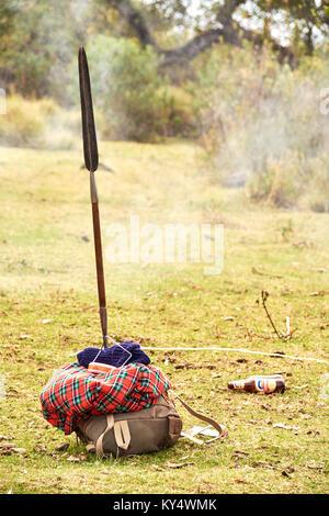 Masai trekking Wandern in der Ngorongoro Conservation Area in Tansania mit Gras und blauer Himmel - Stockfoto