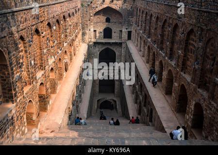 NEW DELHI, INDIEN - ca. November 2017: Treppe von Ugrasen ki Baoli - Stockfoto
