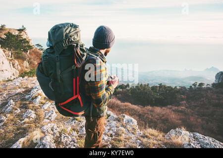 Mann Reisender mit Rucksack Reisen wandern Berge Lifestyle erfolg konzept Abenteuer Aktiv Sommer Ferien im Freien - Stockfoto