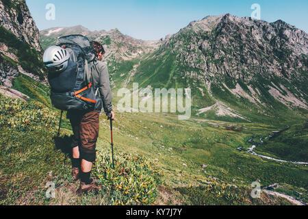 Menschen wandern in die Berge mit schweren grossen Rucksack Reisen Lifestyle Fernweh Abenteuer Konzept Sommer aktiv - Stockfoto
