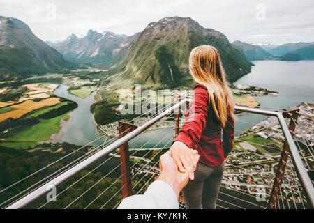 Paar Mann und Frau folgen Holding hands in Norwegen Bergen Liebe und Reisen gerne Emotionen Lifestyle Konzept. Junge - Stockfoto