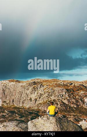 Rainbow Berge Landschaft und Menschen yoga meditation Reisen Lifestyle Entspannung emotionale Ruhe Konzept im Einklang - Stockfoto
