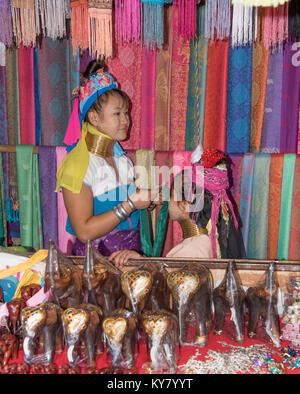 Pattaya, Thailand - November 21, 2017: Dorf Karen, berühmte Langhalslaute Frauen. Die Frau ist mit Souvenirs und - Stockfoto