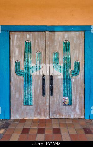 Saguaros auf Türen an der historischen Silco Theater Eingang auf Bullard Straße in Silver City, New Mexico, USA - Stockfoto