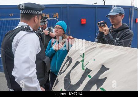 Polizei argumentieren mit der Frieden die Demonstranten, dass Sie sollten länger zu blockieren den Eingang zum ExCeL - Stockfoto