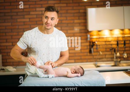 Vater ändert sich die Windel zu seinem baby boy - Stockfoto