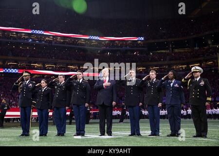 Us-Präsident Donald Trump steht für die Nationalhymne während der NCAA College Football Endspiel nationale Meisterschaft - Stockfoto