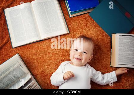1 Jahr altes Baby mit Spectackles und Bücher