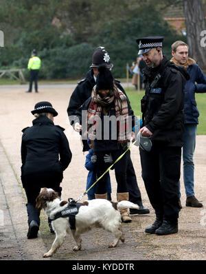 Sandringham, Norfolk, Großbritannien. 14 Jan, 2018. Ein kleiner Junge Häute von Polizisten vor, bevor sie Mitglieder - Stockfoto