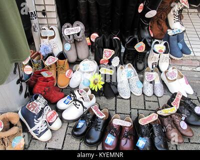 Waren, die zum Verkauf, einschließlich Schuhe, auf Takeshita Straße, einem wichtigen Einkaufsviertel in Harajuku, - Stockfoto