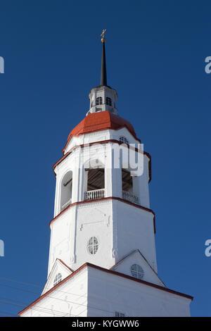 Überarbeitete Kirchturm Kirche der Himmelfahrt der Jungfrau in der Stadt Totma, Vologda Region, Russland - Stockfoto
