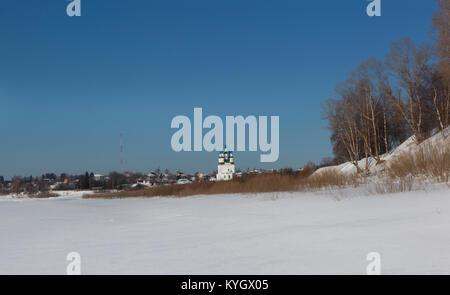 Blick auf Trinity Kirche auf dem Green River mit Sukhona. Totma, Vologda Region, Russland - Stockfoto