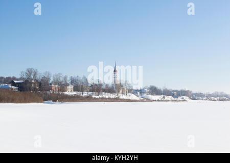Blick auf die Stadt und die Kirche Totma Annahme mit Sukhona River. Vologda Region, Russland - Stockfoto