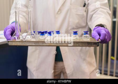 Labortechniker holding Fach von kalibrierten Proben - Stockfoto