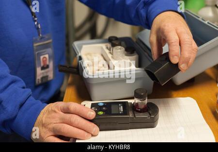 Wasseraufbereitung Ingenieur mit Hand Instrument auf Probe - Stockfoto